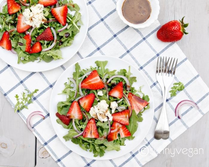 easy #strawberry arugula #salad from sunny #vegan