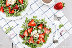 easy #strawberry arugula #salad from sunny #vegan